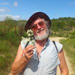 jj cuvillon tenant une fleur